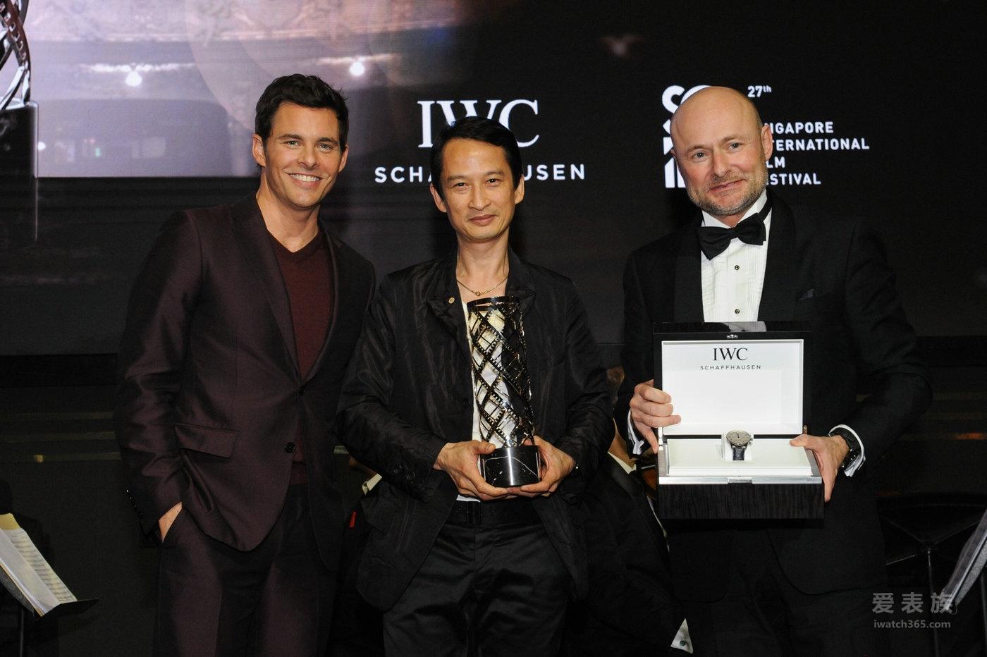 """詹姆斯·马斯登在新加坡国际电影节向陈英雄 颁发首座"""" IWC杰出电影人""""大奖"""