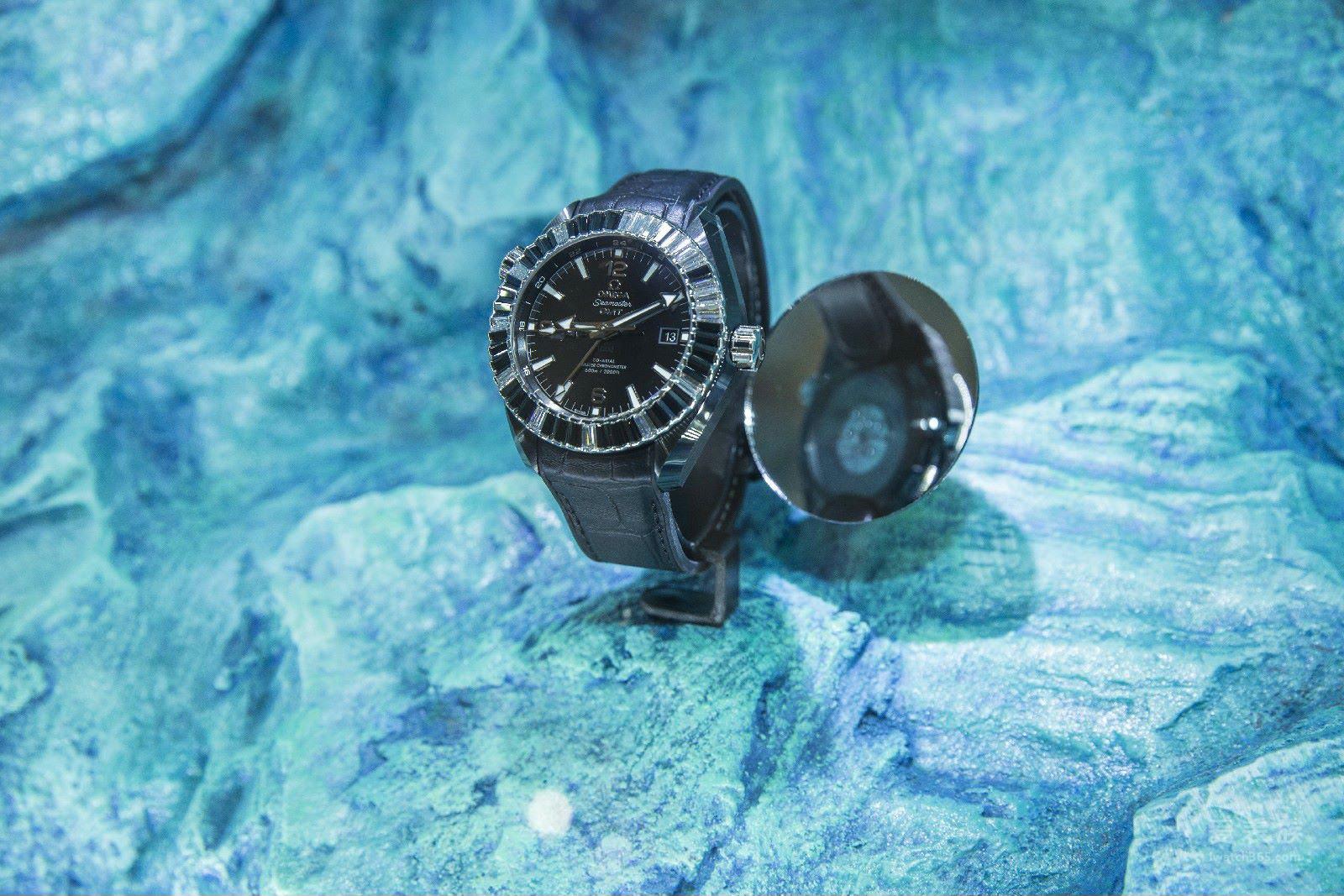 """在北京SKP的""""黑色风暴""""腕表展中,欧米茄同样推出了完全契合黑色主题的海马系列海洋宇宙""""深海之黑""""SKP限量版腕表,这是欧米茄首度为北京SKP量身定制的腕表,表壳由黑色陶瓷和铂金精心打造而成,整只腕表共镶嵌116颗长方形切割的钻石。"""