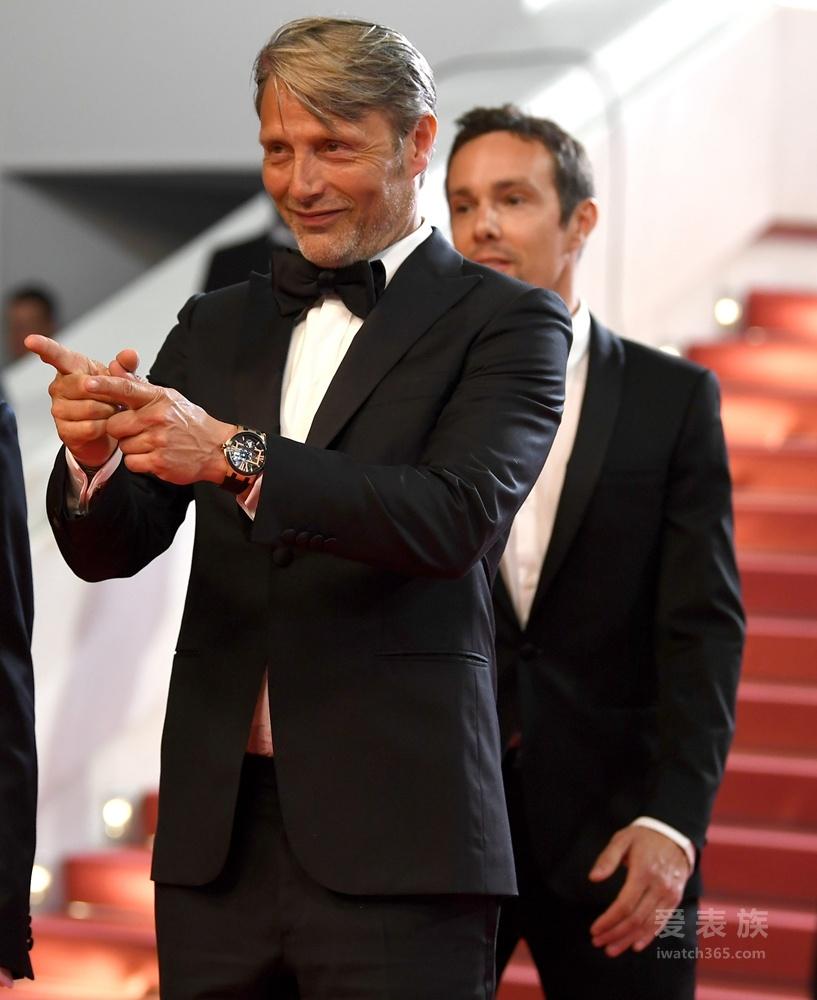 丹麦影帝MADS MIKKELSEN佩戴雅典表《经理人镂空陀飞轮腕表》亮相戛纳红毯