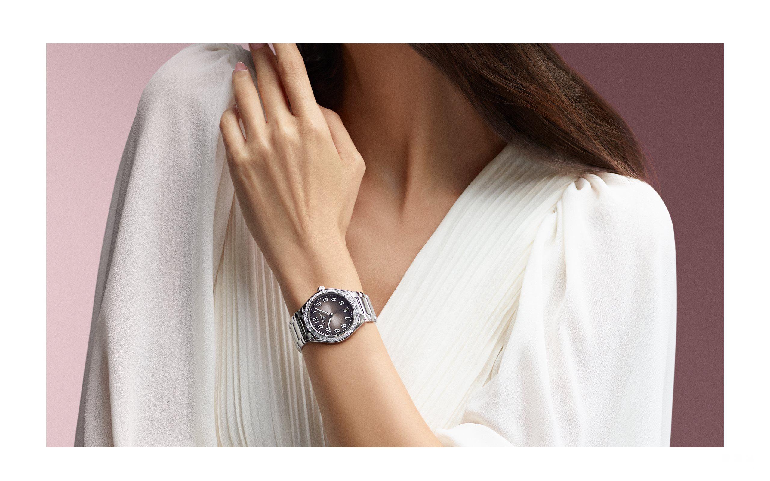 """百达翡丽,日内瓦 2018 年 10 月   新款 Twenty~4 自动机械腕表  精彩人生  与你同行  百达翡丽推出新款 Twenty~4 自动机械腕表。这是一款为时尚、独立、积极、自主的现代女性设计的腕表,陪伴她们度过每一个丰富多彩的 24 小时。从户外的休闲装扮到奢华的晚礼服,它可以搭配各种造型,适应各种场合。选择 Twenty~4 自动机械腕表的女性,在轻松驾驭最新科技产品的同时,更钟情于腕间的传统机械时计,因为它不仅代表着高品质的工艺传统,更是一件精美的艺术杰作,具有恒久价值。  优雅至上  珍贵永恒  新款 Twenty~4 自动机械腕表承袭 1999 年诞生的同系列腕表的美学魅力,表链的中心链节微微突起,与两侧精美的双层链节融为一体。全新的 36 毫米圆形表壳轮廓优雅、细节精致,将其与旧款设计相区别。表盘采用压嵌式阿拉伯立体字块和棒状指针,均覆有荧光涂层,确保清晰易读。弧形蓝宝石水晶表镜与表壳线条完美呼应。表圈镶嵌两排错落有致的钻石,运用""""Dentelle蕾丝镶嵌""""法,充分彰显钻石的闪耀光芒与女性魅力。  新款 Twenty~4 自动机械腕表搭载自动上弦机械机芯,推出不锈钢和玫瑰金款式,搭配不同表盘颜色,其中一款银色表盘的细节装饰极具艺术特色,营造出宛如珍贵重磅丝绸—山东绸的纹理质感;镶钻处理的表圈、表冠和表链更为这款优雅的玫瑰金款式增添光彩。     新款 Twenty~4 自动机械腕表,女性恒久魅力的全新演绎。"""