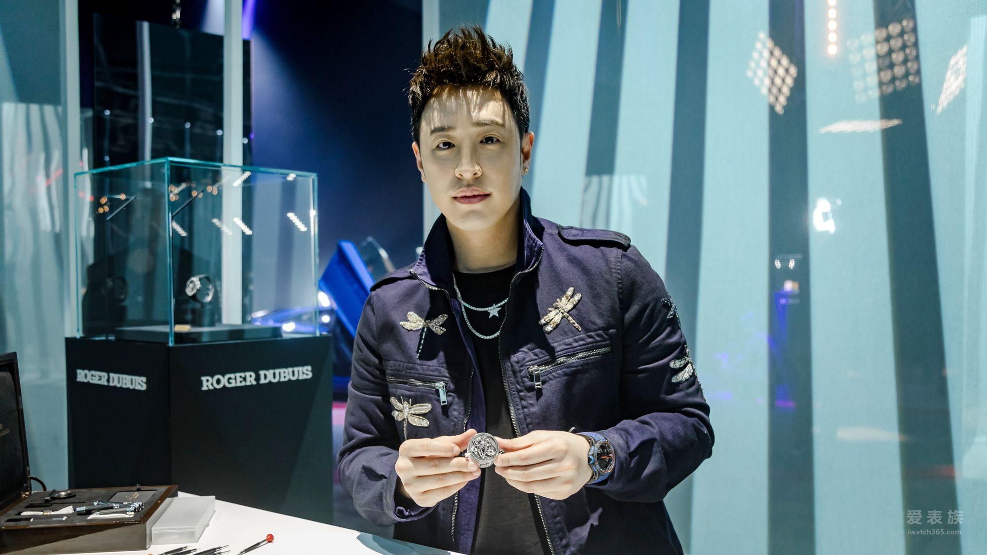 中国台湾说唱歌手潘玮柏佩戴罗杰杜彼腕表来到活动现场