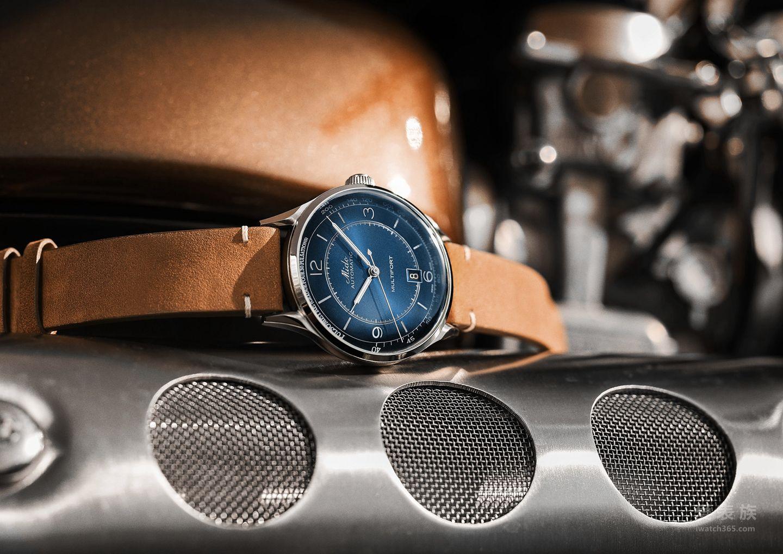 """瑞士美度表推出全新舵手系列""""传承者""""长动能脉搏计腕表,将复古风格与现代科技巧妙融合,演绎了美度悠久的品牌历史和精湛工艺。深蓝色丝光打磨太阳纹半球形表盘,由316L不锈钢圆形表壳精心保护,彰显典雅风格。脉搏计刻度圈置于表盘的边缘处,在蓝宝石玻璃表镜的呵护下展现怀旧的质感。"""