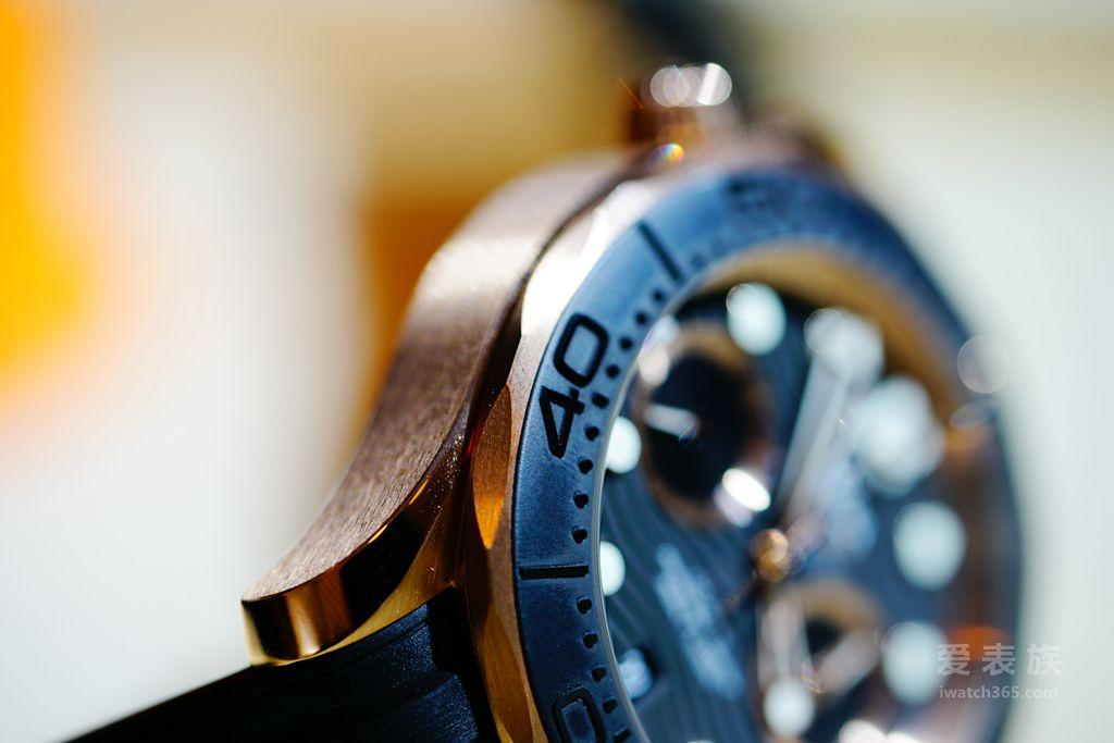 这款海马系列300米潜水计时表的黑色表圈采用激光烧蚀技术制成,小表盘刻度圈采用Sedna®金?#38393;剩?#21576;现出别具特色的全新风格,不仅设计大胆前卫,更是创新?#38393;?#21644;制表工艺的精品之作。