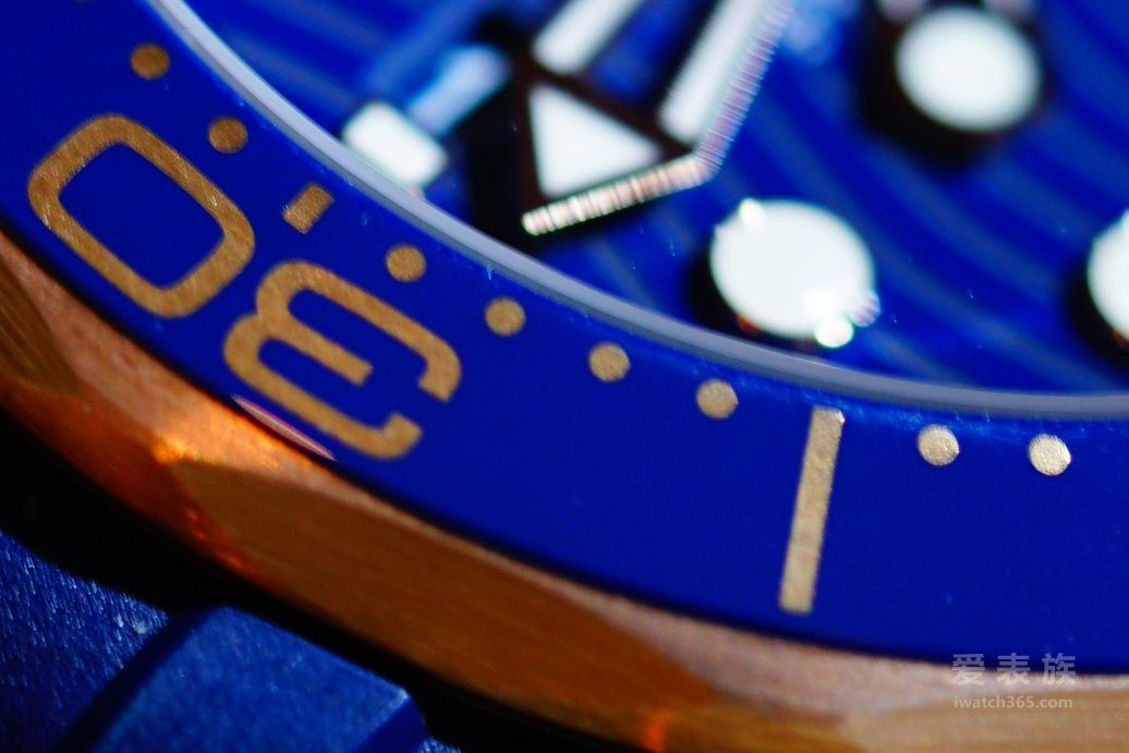 Sedna® 18K金打造而成,表圈采用抛光蓝色陶瓷,潜水刻度由OMEGA Ceragold®技术制成