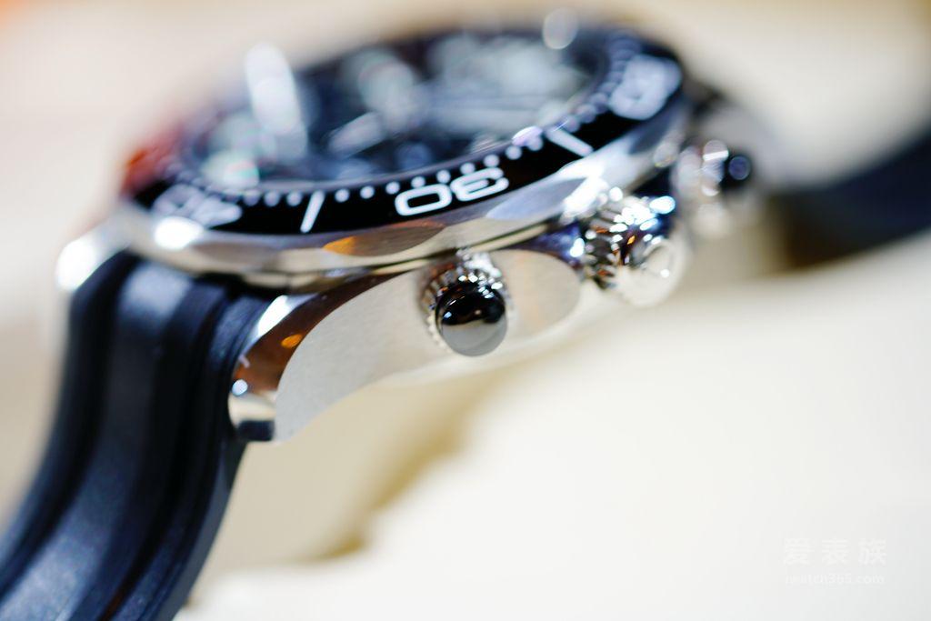 白色珐琅潜水刻度的抛光黑色陶瓷表圈。按钮和表盘亦以抛光黑色陶瓷制成,表盘饰以激光雕刻波纹图案,6点钟位置设有日历窗口