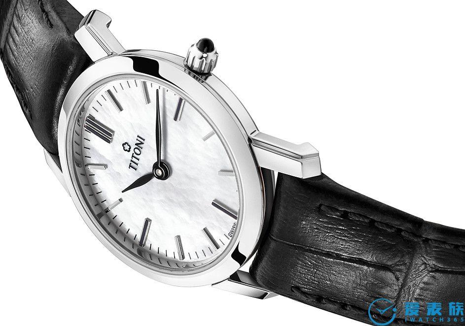 鳄鱼皮纹表带 美丽的鳄鱼皮纹表带优雅装饰腕表。轻松开关的针式表扣完美搭配纤薄设计。