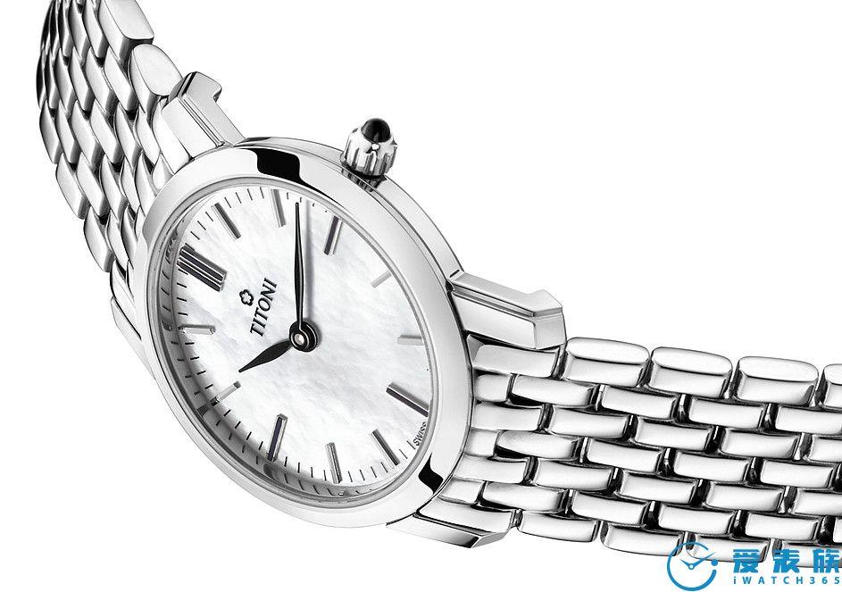 丝滑表带 这款9节式不锈钢表带的设计格外轻盈。服顺超薄的表带丝滑包裹佩戴者的手腕,确保顶级的舒适感。