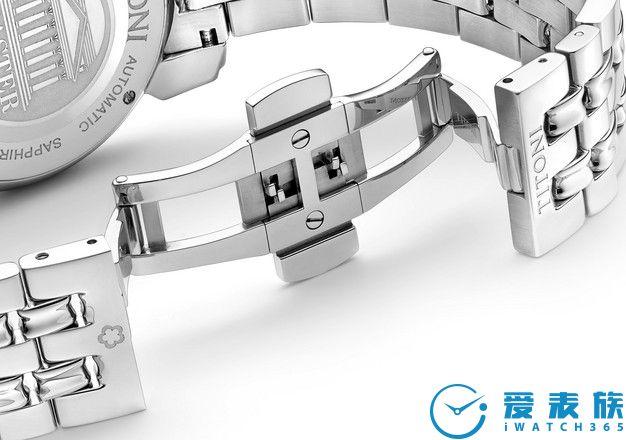 蝴蝶扣 不锈钢表带上配有坚固的蝴蝶扣,确保腕表佩戴时格外的舒适且牢靠。7节式的设计使不锈钢表带更服贴舒适。您每次佩戴腕表时蝴蝶扣发出的清脆声响就是一个高品质的表示。