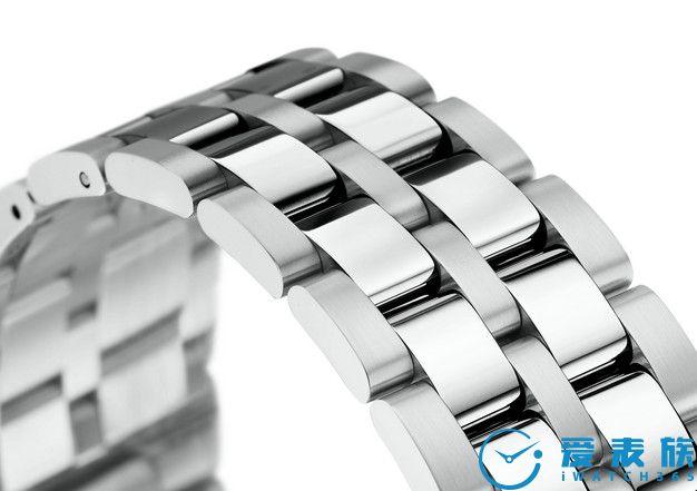 利落的5节式表带 5节式的设计赋予不锈钢表带更好的灵活性,确保手表佩戴时的高度舒适感。缎面打磨和抛光处理金属片的混合使用让表带在光线下产生不同层次的反射。采用单折扣使佩戴更方便。